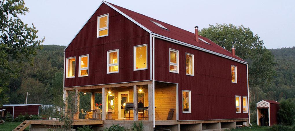 Casa de campo com fechamento lateral e telhado feito com telha ecológica Clássica cor vermelha