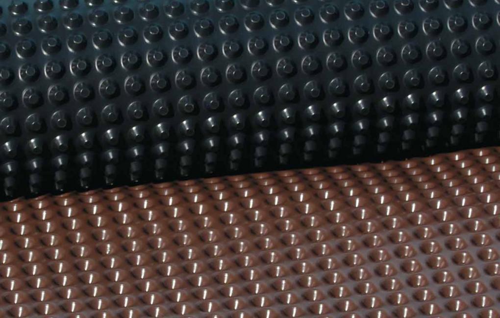 Onduline Fondaline | detalhe da membrana de PEAD na cor preta e marrom