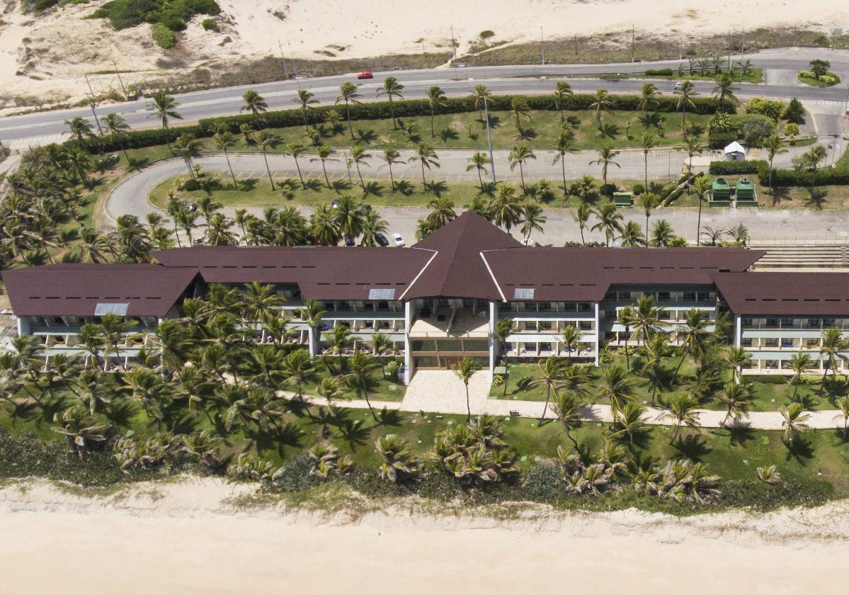 Foto aérea de hotel com sobre cobertura de telhas ecológicas Onduline