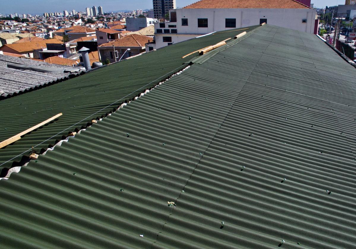 Foto aérea de galpão com instalação de sobre cobertura de telhas ecológicas Onduline