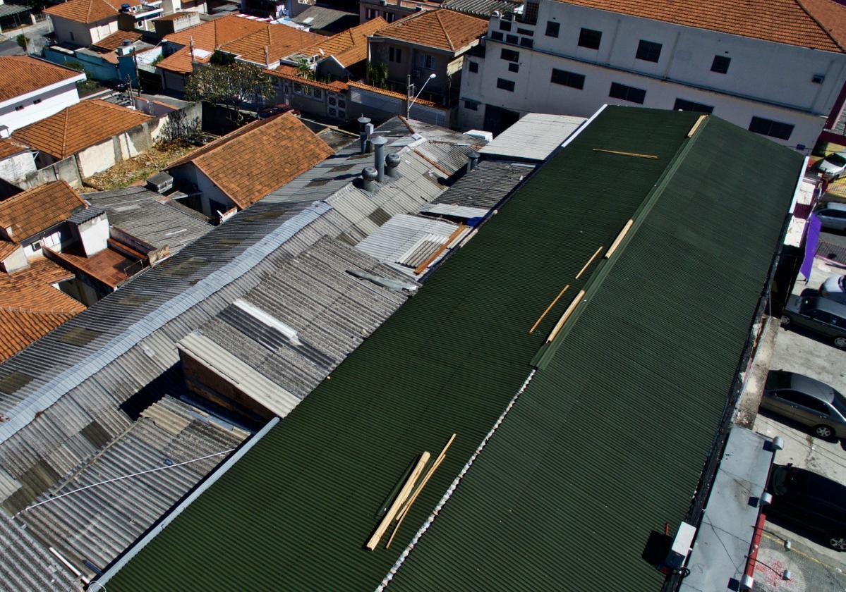 Foto aérea de galpão com sobre cobertura de telhas ecológicas Onduline