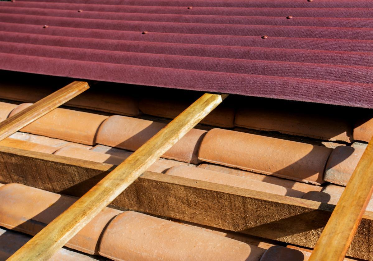 Foto de sobre cobertura de telhas ecológicas Onduline vermelha