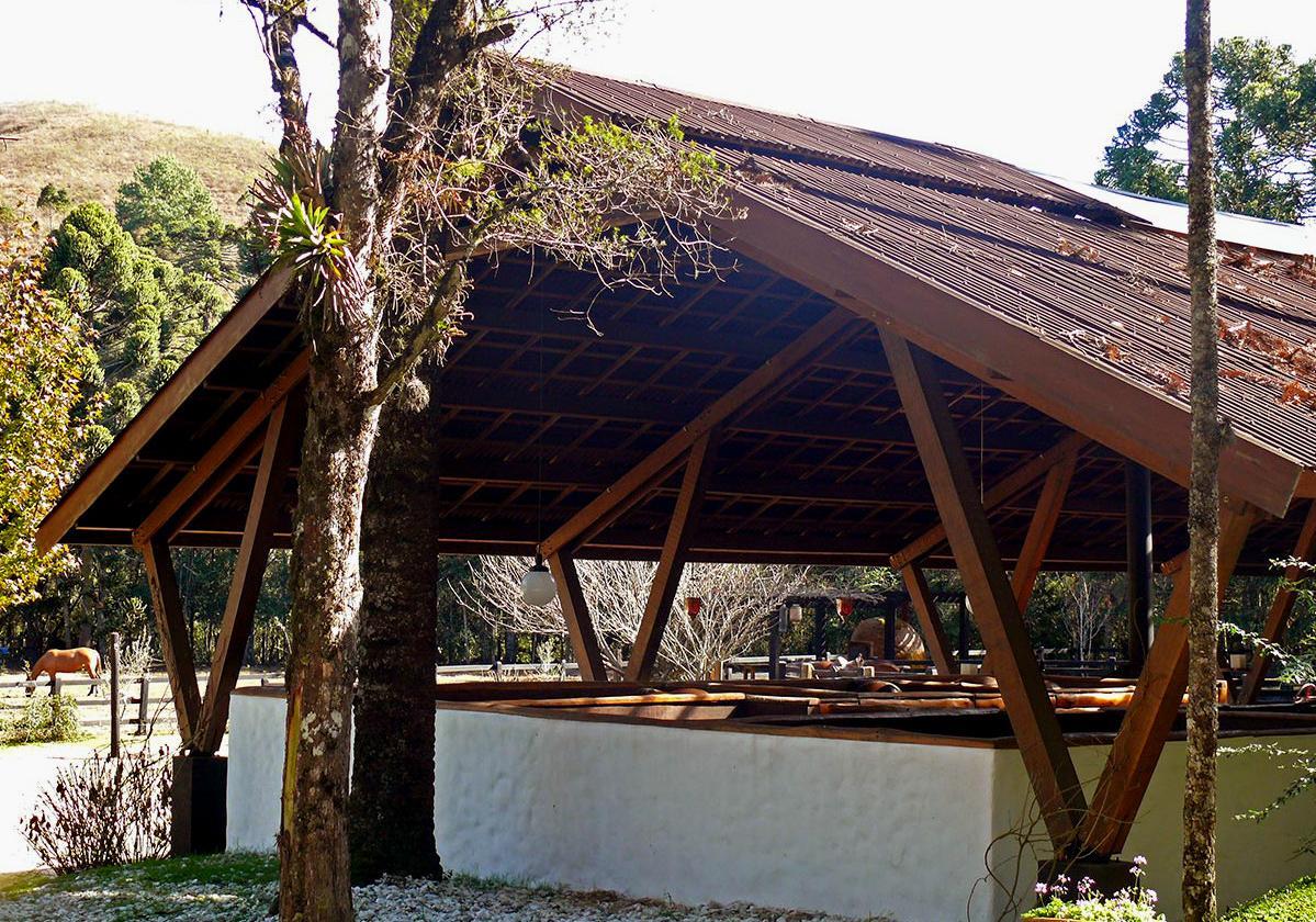 Onduline Clássica® | foto galpão com  telha ecológica na cor marrom