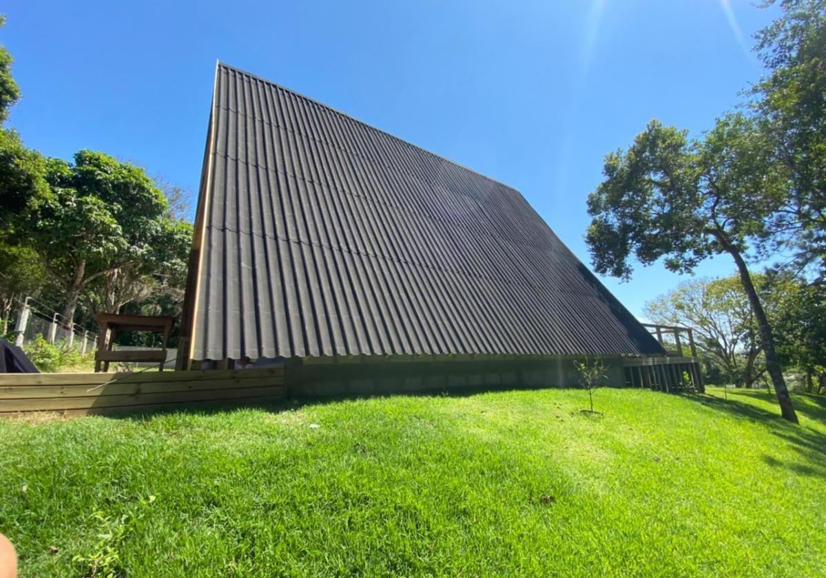 Onduline Clássica®   foto de aplicação da telha ecológica na cor preta